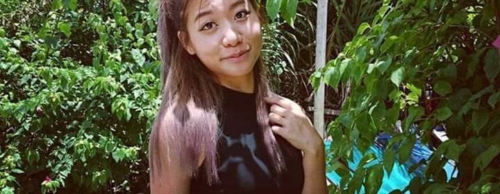 Sophie Le Tan prenant une photo dans un jardin, près d'une piscine