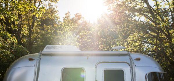 Une caravane sur un terrain