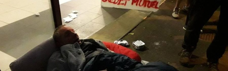 Jean-Paul Mousset couché devant le siège du Crédit Mutuel de la Mortagne-au-Perche