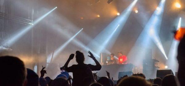 La foule vue de dos, lors d'un concert du premier acte du Festival d'été de Trélazé