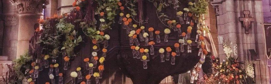 Des fleurs devant l'église Saint Marceau