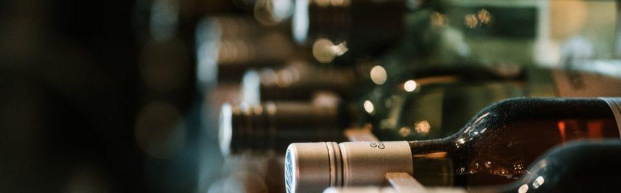 Des bouteilles de vin dans une cave.