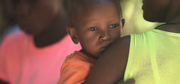Une mère africaine portant son bébé