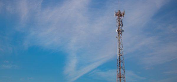 Une antenne 4G dans un ciel bleu clair.