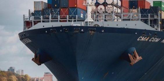 Un navire au port d'Hambourg, en Allemagne.