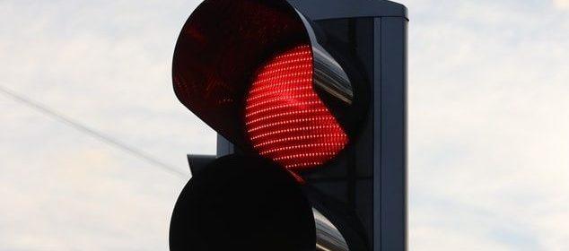 Feux tricolores passés au rouge.