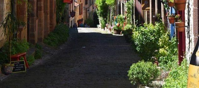 Une rue de Cordes-sur-Ciel, en France.