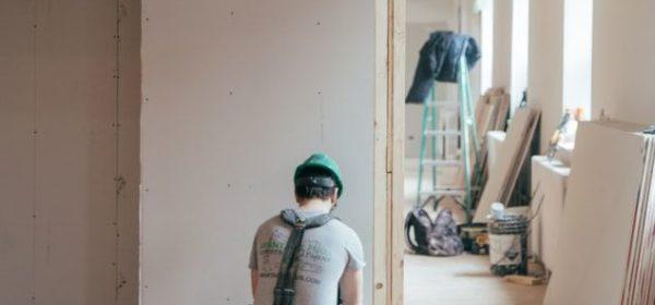 Un ouvrier renovant une maison.